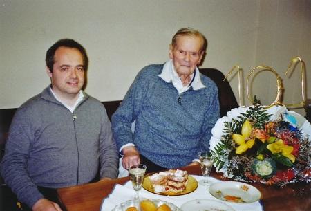 Renzo Caleffi, 101 anni, insieme al Sindaco di Poviglio Giammaria Manghi