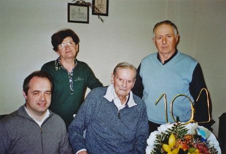 Renzo Caleffi, 101 anni, insieme al Sindaco di Poviglio Giammaria Manghi, la nipote Ernestina Fava e Giovanni Bonati
